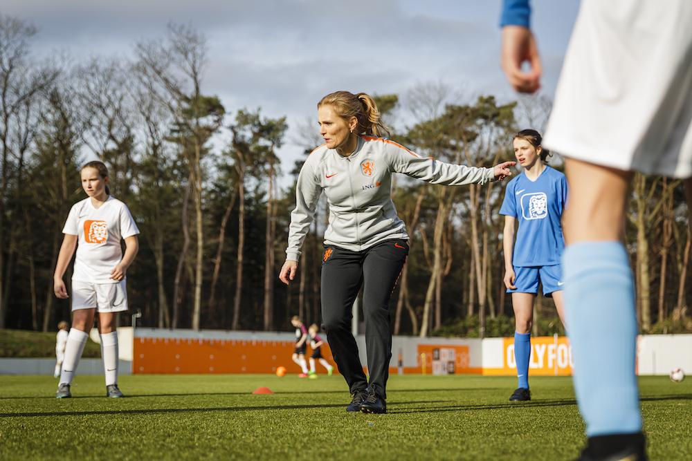 Bondscoach Sarina Wiegman verrast voetbalclub v.v. Bavel met driejarig ING sponsorcontract